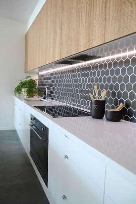 57. Revestimento hexagonal cinza escuro para decoração de cozinha com armário aéreo de madeira – Foto: Jeito de Casa