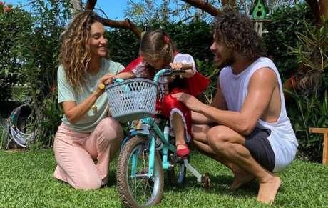 Débora Nascimento, José Loreto e a filha Bella
