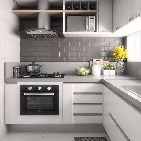 1. Decoração com revestimento cinza para cozinha planejada de canto – Foto: Pinterest