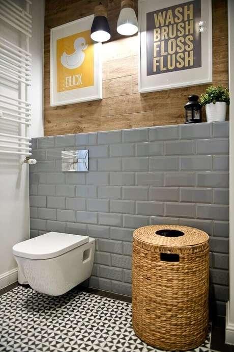 6. Decoração simples de banheiro com revestimento metro cinza – Foto: Pinterest