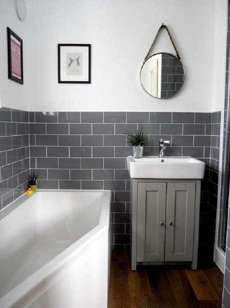 37. Decoração simples para banheiro com revestimento cerâmico cinza – Foto: Arkpad