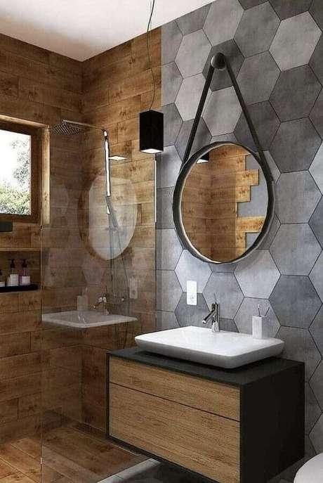 36. Revestimento hexagonal cinza para decoração de banheiro amadeirado moderno – Foto: Pinterest