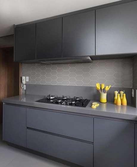 10. Decoração de cozinha com armário e revestimento cinza – Foto: Pinterest