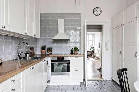 19. Revestimento cinza para decoração de cozinha branca clássica – Foto: Houzz