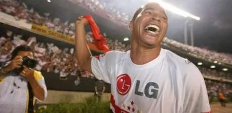 Aluísio Chulapa caiu em trote bem-humorado (Antônio Gaudério/Folhapress)