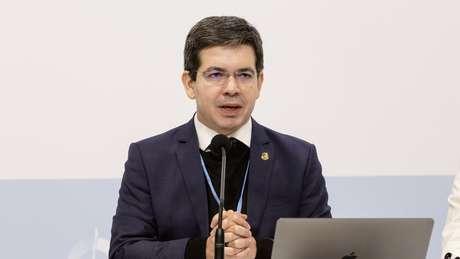 'Interrupção do auxílio emergencial forçou as pessoas a irem buscar o que comer, a se aglomerarem', disse o senador Randolfe Rodrigues à BBC News Brasil