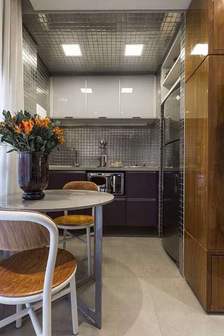 52. Revestimento cinza para cozinha pequena decorada com armários planejados – Foto: Maurício Karam