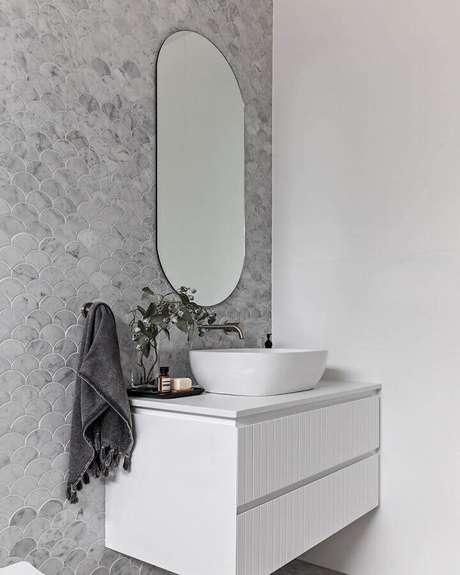 8. Banheiro branco decorado com revestimento cinza claro com acabamento marmorizado – Foto: IT Haus Arquietura