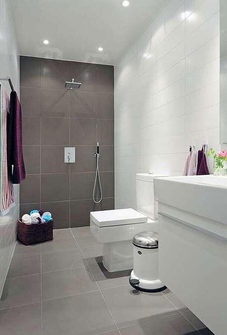 38. Decoração simples para banheiro com revestimento cinza e branco – Foto: Pinterest