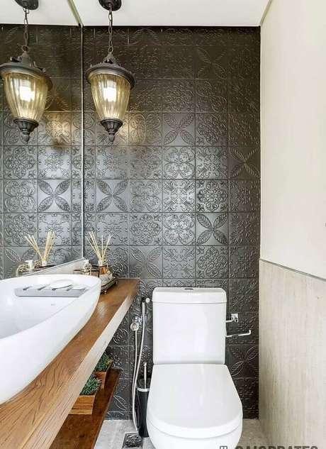 43. Modelo de revestimento 3D cinza escuro para decoração de lavabo com bancada de madeira – Foto: Assetproject