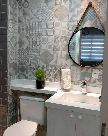 24. Que tal investir em revestimento cinza com estampas para a decoração de banheiro? – Foto: Pinterest