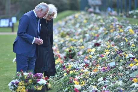 Príncipe Charles e Camilla, visitam os jardins da Marlborough House para ver as flores e mensagens deixadas pelo público do lado de fora do Palácio de Buckingham, em homenagem ao príncipe Philip 15/04/2021 Jeremy Selwyn/Pool via REUTERS