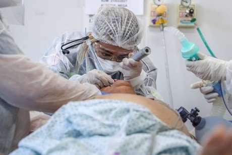 Médica realiza procedimento de intubação em paciente suspeito de ter Covid-19, em São Bernanrdo do Campo (SP) 24/03/2021 REUTERS/Amanda Perobelli