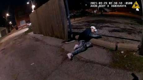 Imagem mostra Adam Toledo, de 13 anos, caído após ser baleado em Chicago  29/3/2021    Divulgação