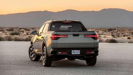 """Nova picape da Hyundai traz lanternas de led em formato """"T"""" e nome Santa Cruz em baixo relevo na tampa da caçamba."""