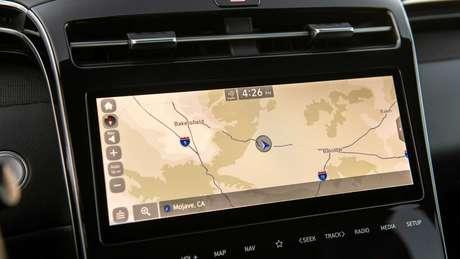 Por dentro, destaque fica para a central multimídia de 10'' com funções Apple CarPlay e Android Auto sem fio.