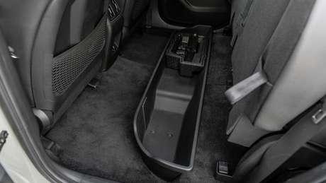Nova Hyundai Santa Cruz oferece solução interessante de bagageiro sob o assoalho da caçamba.
