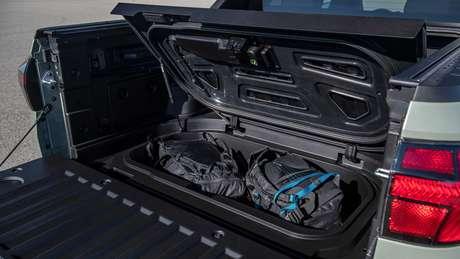 Bancos traseiros da Hyundai Santa Cruz oferecem compartimento para objetos abaixo do assento.