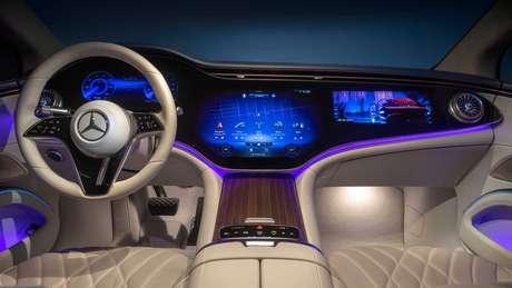 Interior do novo Mercedes EQS traz como destaque a central multimídia Hyperscreen MBUX de 56''.