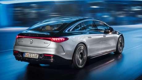 Traseira do Mercedes EQS conta com lanternas de led interligadas; como opcional, sedã pode trazer pintura saia-e-blusa.