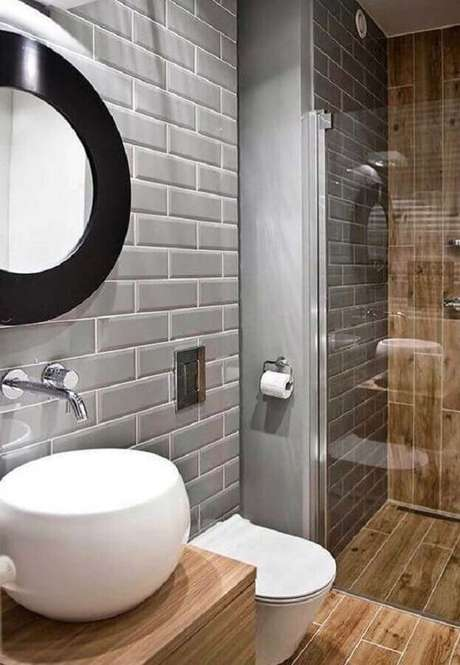 14. Banheiro amadeirado decorado com revestimento metro cinza – Foto: Revestindo a Casa