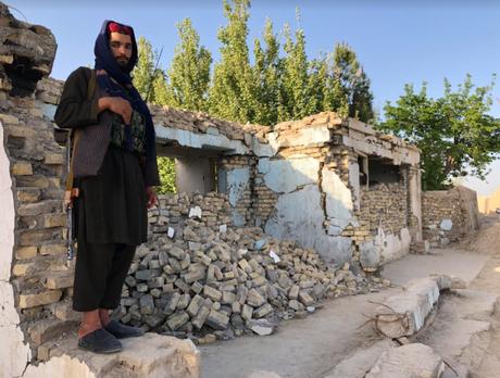 Combatente do Taleban do lado de fora de uma mesquita bombardeada em ataque aéreo