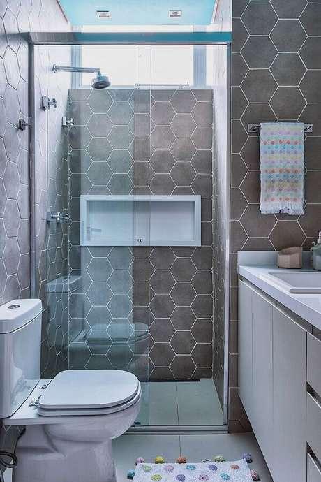 5. Decoração de banheiro pequeno com revestimento hexagonal cinza – Foto: Casa de Valentina
