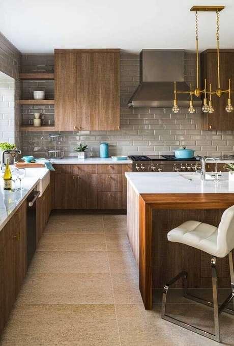 54. Revestimento cinza para decoração de cozinha de madeira com ilha – Foto: Casa de Valentina