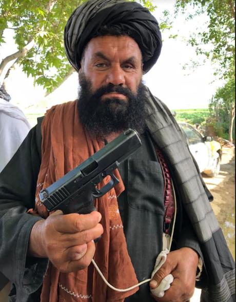 Combatente do Taleban posa com arma da Otan