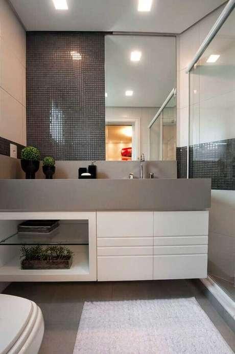 31. Decoração de banheiro planejado com revestimento cinza escuro – Foto: Back Arquitetura & Consultoria