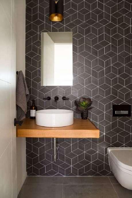 2. Banheiro decorado com bancada de madeira e revestimento cinza escuro geométrico – Foto: Moran Anders Arquitetura