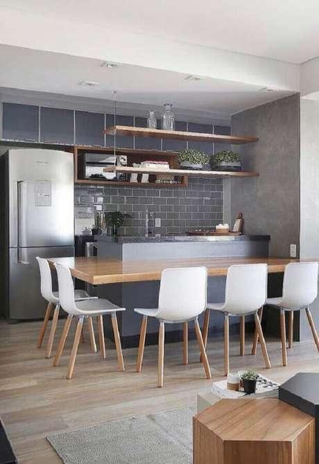 53. Revestimento cinza para cozinha planejada com bancada de madeira – Foto: Pinterest