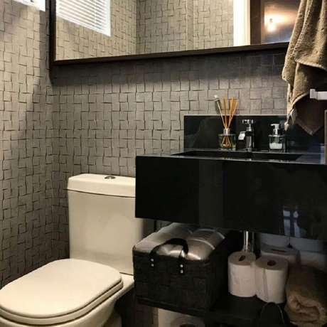 44. Revestimento 3D cinza para decoração de banheiro com bancada preta – Foto: IT Haus Arquietura