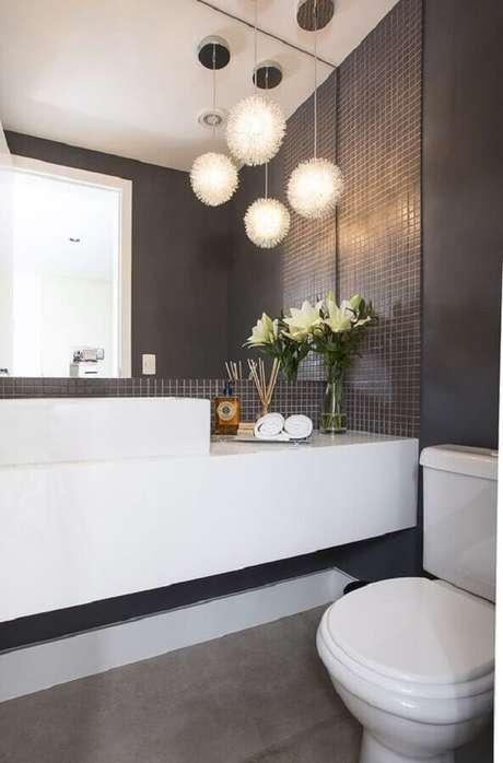42. Lavabo moderno decorado com bancada planejada e revestimento cinza escuro – Foto: Casa de Valentina
