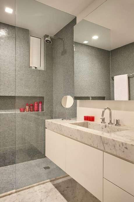 46. Revestimento cinza claro para decoração de banheiro com gabinete branco – Foto: Todo Dia Arquitetura