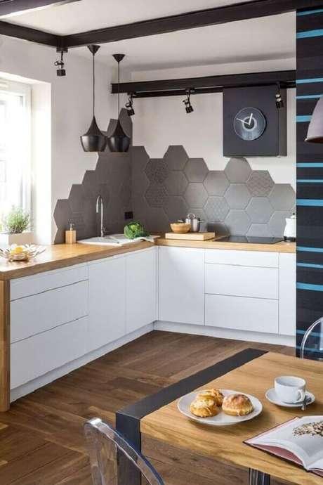 20. Revestimento hexagonal cinza para decoração de cozinha planejada com bancada de madeira – Foto: Pinterest