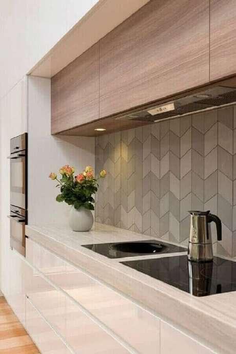 56. Revestimento de parede cinza para cozinha moderna planejada com armário aéreo de madeira – Foto: Pinterest