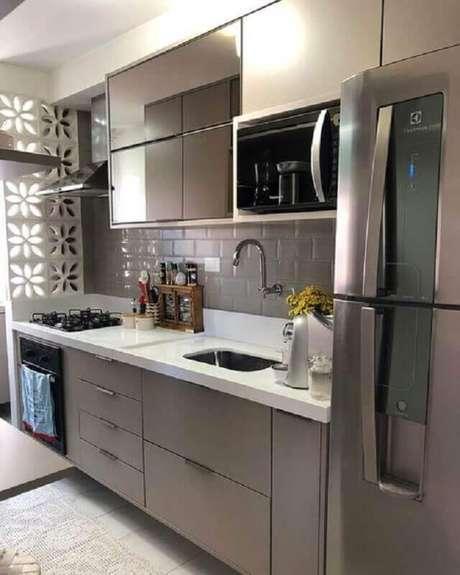 45. Revestimento cerâmico cinza para decoração de cozinha pequena planejada – Foto: Pinterest