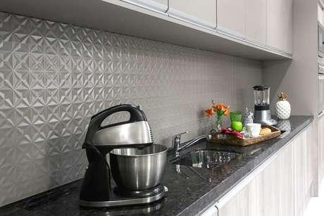 34. Revestimento 3D cinza para decoração de cozinha planejada – Foto: Pinterest