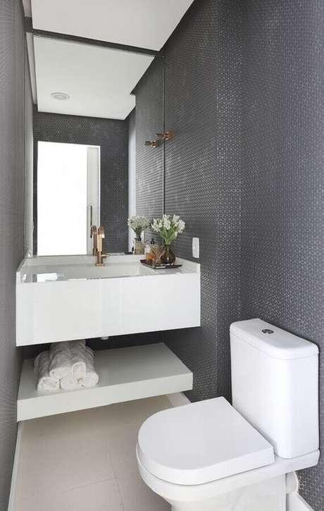 41. Lavabo decorado com bancada branca e revestimento cinza de parede – Foto: Casa de Valentina