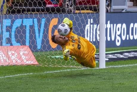 Diego Alves em ação na disputa de pênaltis (Foto: Marcelo Cortes/Flamengo)