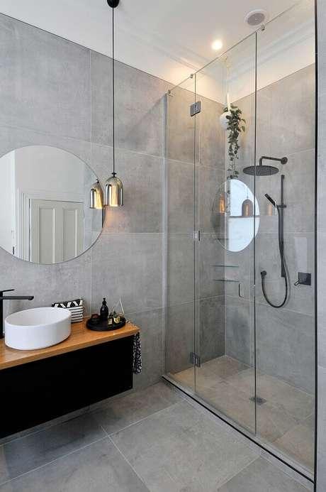 12. Decoração estilo industrial para banheiro com revestimento cinza – Foto: Apartment Therapy