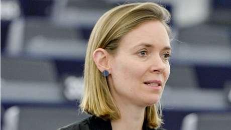 Alemã Anna Cavazzini, eurodeputada pelo Partido Verde, participa nesta quinta-feira de reunião tendo como pano de fundo a abertura da CPI para investigar a crise do coronavírus no país e os recordes de mortes por covid-19