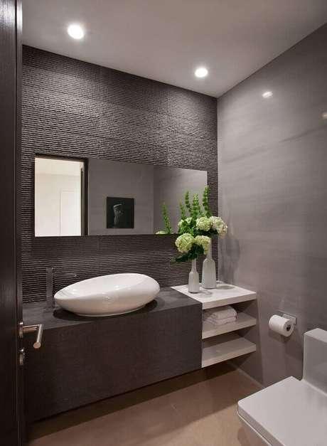 49. Revestimento cinza escuro para decoração de banheiro moderno – Foto: Air Freshener