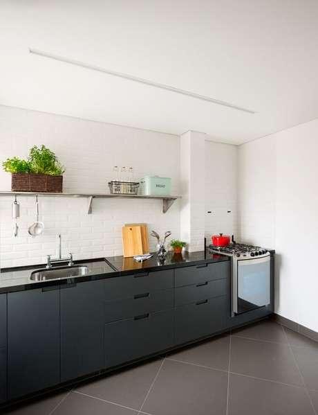 31. Bancada de granito para cozinha preta – Foto Ina Arquitetura