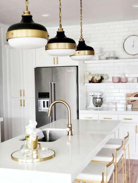 41. Bancada de cozinha de granito branco com luminárias douradas – Foto White Lane Decor