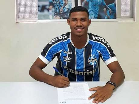 Luis Eduardo no momento da assinatura do contrato (Foto: Divulgação/Grêmio)