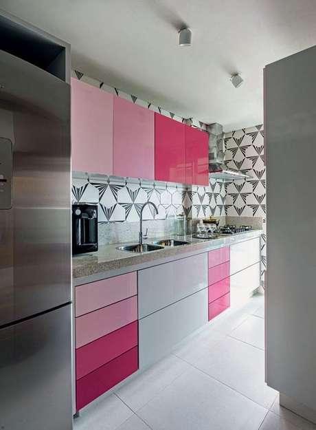 62. Bancada de granito bege com armário rosa – Foto Arkpad