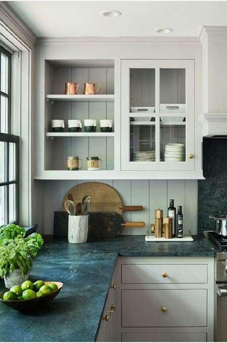 4. Cozinha branca com pedra de granito para bancada verde – Fonte Pinterest