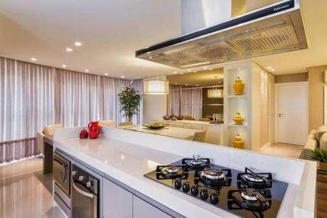 58. Decoração de cozinha gourmet com cooktop e bancada branca – Foto Pinterest